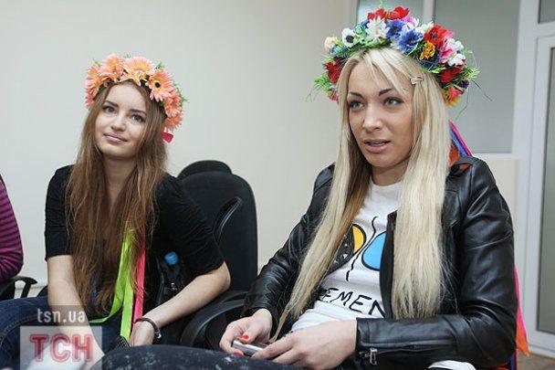 """FEMEN """"сіськографом"""" намалювали картину для ТСН.ua"""