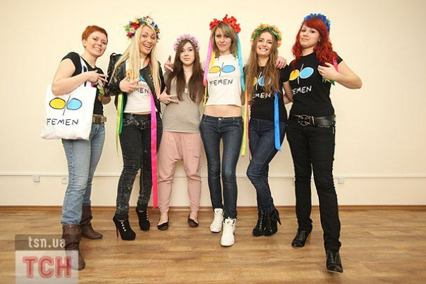 FEMEN грудью нарисовали картину в гостях у ТСН.ua