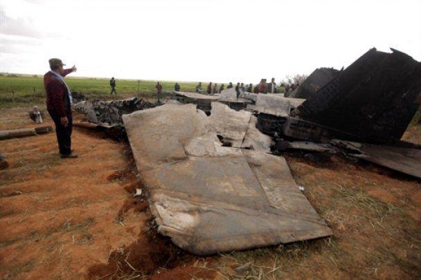 Ливийцы устраивают фотосессии на обломках американского истребителя