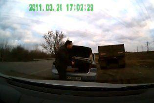 """Гаишник, угрожавший водителю """"уе**ть"""" бейсбольной битой, уволен (видео)"""