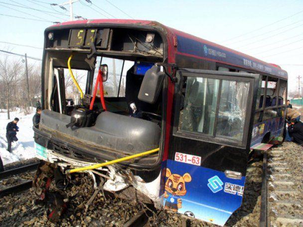 Шкільний автобус зіткнувся з потягом у Китаї: десятки жертв