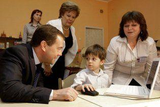 """Діти запитали у Мєдвєдєва про """"педофільське лобі"""" (відео)"""