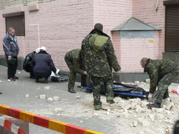На Майдані незалежності обвалилася стіна готелю: загинула людина