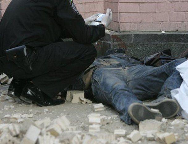 Под обвалом стены в центре Киева погиб человек