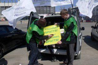 """Милиция попыталась остановить участников """"автомайдана"""": вам еще здесь жить"""