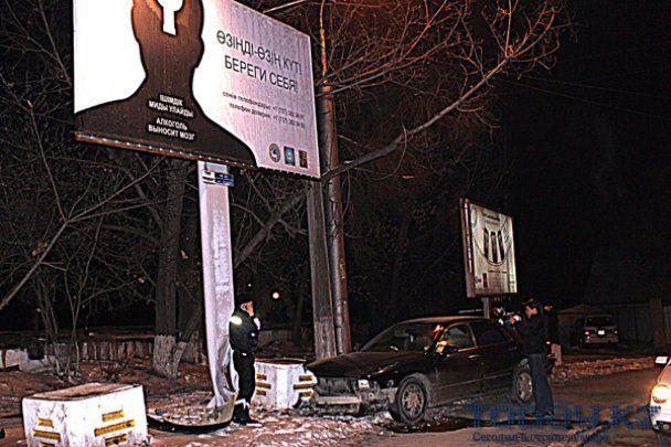 """Пьяный водитель врезался в билборд """"Алкоголь выносит мозг"""""""