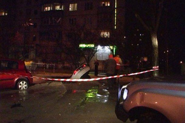 У Києві іномарка провалилася під землю