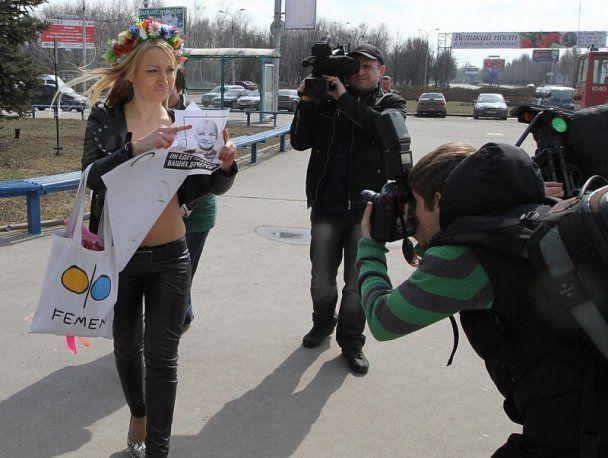 Активистка FEMEN устроила обнаженный блокпост в Донецке