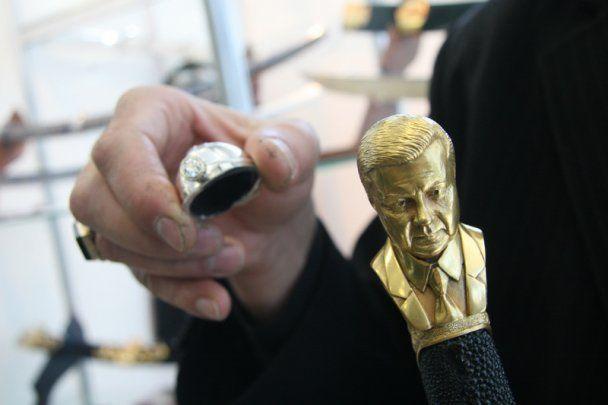 В Луганске сделали саблю с бюстом Януковича