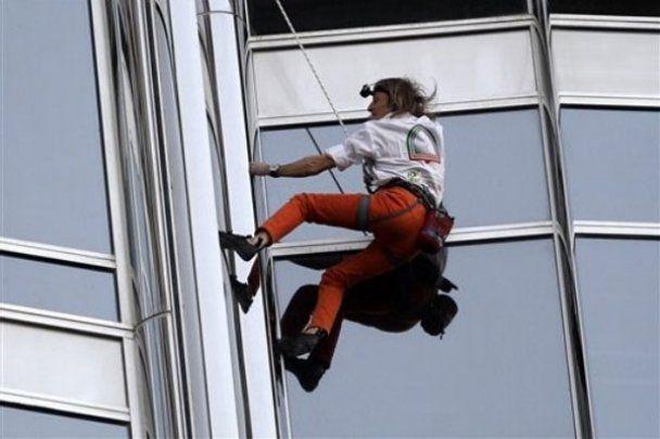 """""""Человек-паук"""" покорил самое высокое здание в мире"""