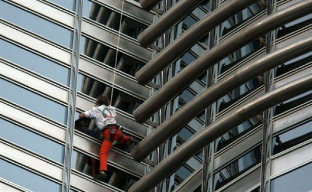 """""""Людина-павук"""" видерся на найвищу будівлю в світі"""