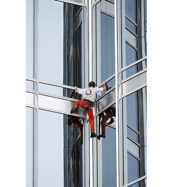 """""""Человек-паук"""" взобрался на самое высокое здание в мире"""