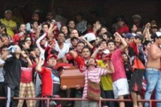 Колумбійські фанати принесли труну з мерцем на стадіон
