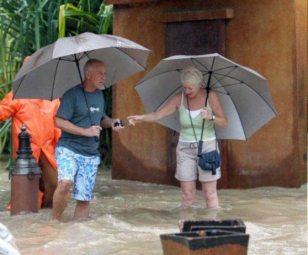 Через повінь у Таїланді туристів вивозять на військових кораблях