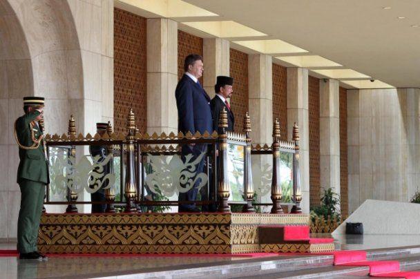 Янукович прилетів у гості до султана Брунею