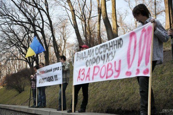 За прикладом FEMEN  для Азарова під Кабміном роздяглися чоловіки