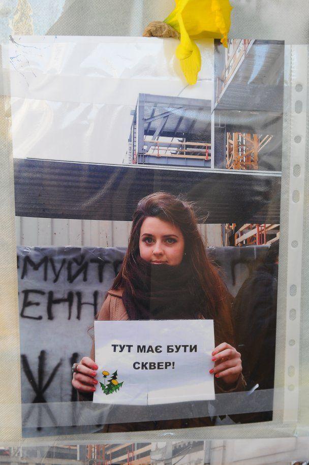 """Громадські активісти вдерлися на будівництво на """"Театральній"""" та обмалювали все квітами"""