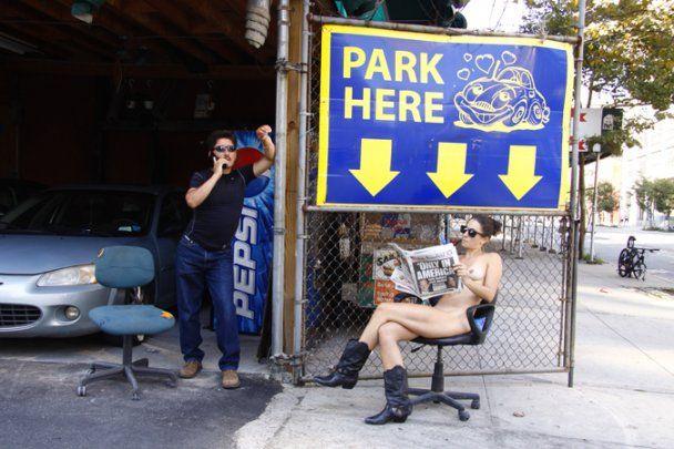 Фотохудожниця виставила свої оголені фото на вулицях