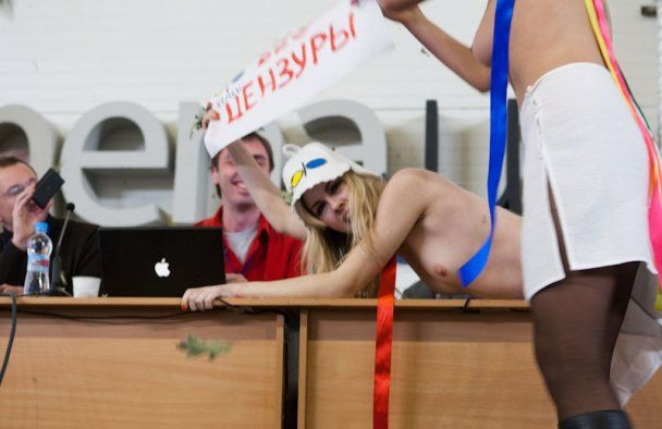 """Голі FEMEN з банними віниками влаштували """"побоїще"""" на Інтернет-форумі"""