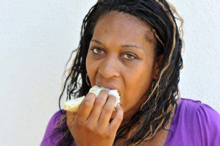 30-річна жінка помирає від переїдання диванами (відео)