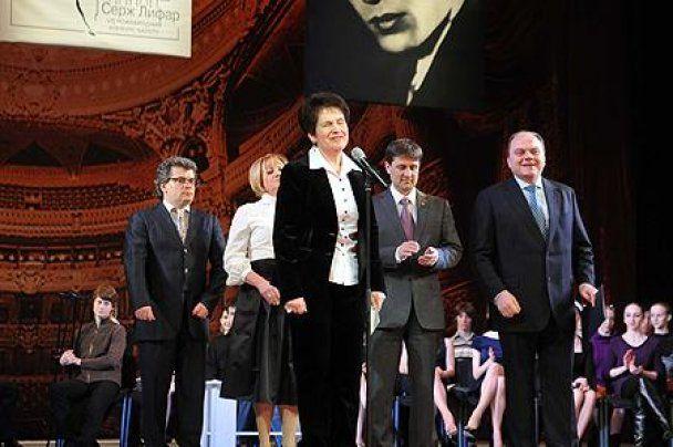 Людмила Янукович вперше одягла брючний костюм і високі підбори