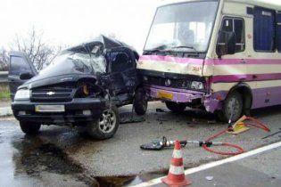 У Криму на мокрій дорозі автобус з дітьми зіткнувся з автівкою: є жертви