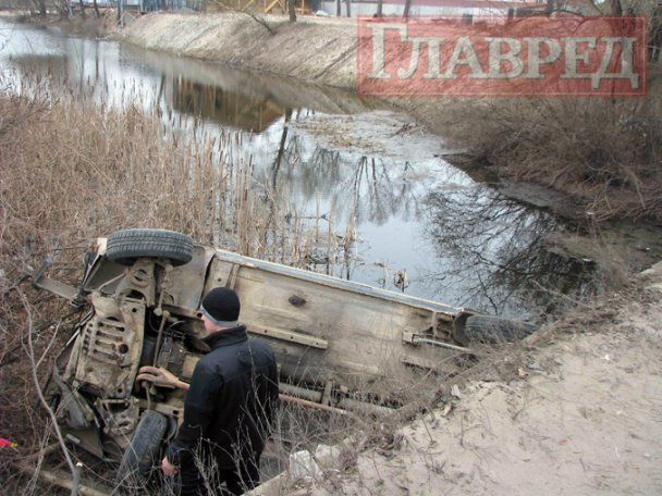 """В Києві """"Жигулі"""" впали з моста в річку"""