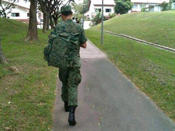Сінгапурський солдат насмішив Інтернет: спорядження за нього тягає служниця