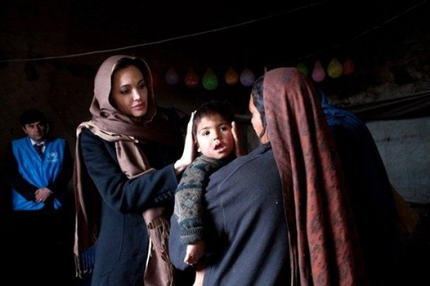 Беженцы чуть не затоптали Анджелину Джоли