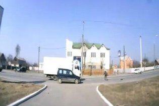 На Хмельниччині вантажівка на повній швидкості збила дівчинку