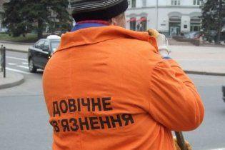 У Донецьку двірників одягли в уніформу зеків