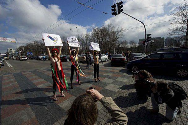 FEMEN провели топлес-акцію на підтримку ЖЖ