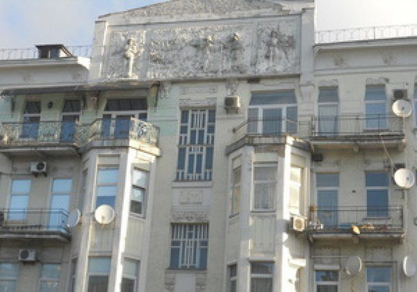 У центрі Києва з верхніх поверхів на тротуар впала металева конструкція