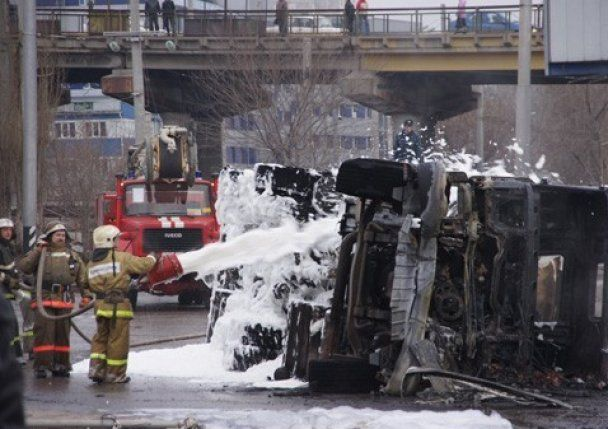 Бензовоз перекинувся і спалив 40 автомобілів