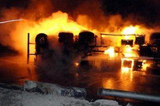 У Пакистані 16 людей загинули під час подвійного теракту на бензовозах НАТО