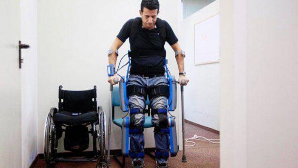 """В продажу поступает революционный """"скелет"""", который поставит парализованных на ноги (видео)"""