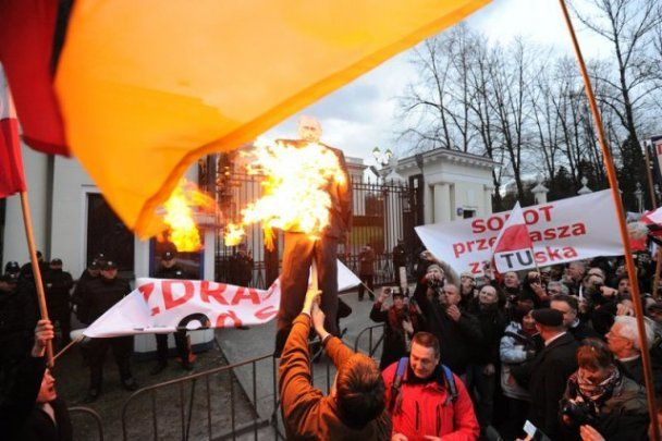 Поляки сожгли чучело Путина на годовщину гибели президента