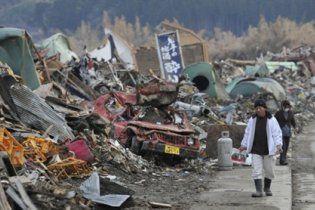 Император Японии впервые посетил территории, разрушенные землетрясением