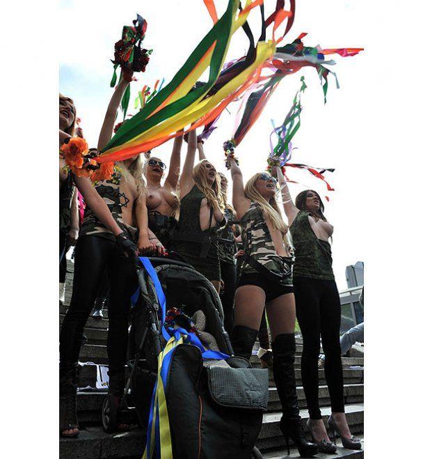 """FEMEN устроили в центре Киева """"Фашизофрению"""""""