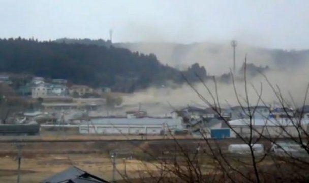 Новое видео японской трагедии: волна цунами смывает спасающихся бегством людей