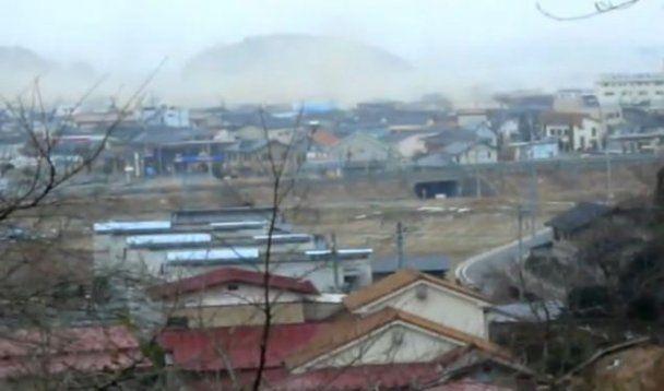 Нове відео японської трагедії: хвиля цунамі змиває людей, які намагаються втекти