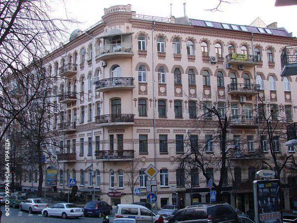 СМИ выяснили, в каких квартирах живут Янукович и Азаров