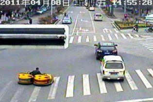 Китаец выехал на дорогу на автомобилях из парка развлечений