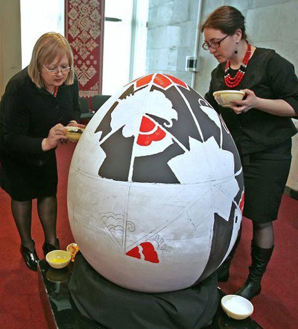 Екс-президент на ярмарку пофарбував метрове яйце