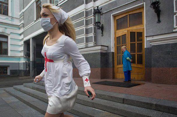 "Топлес-акція FEMEN ""У мене рак, міністр дурак!"""