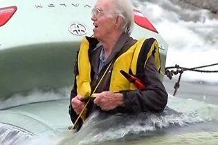 Американского пенсионера, который попал в канал, спасали на вертолете