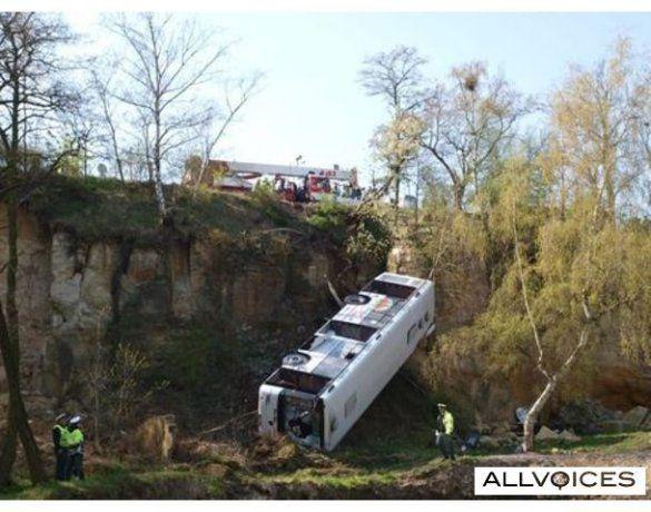 У Празі автобус впав у прірву