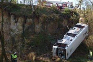 В Праге пассажирский автобус сорвался в пропасть, есть жертвы