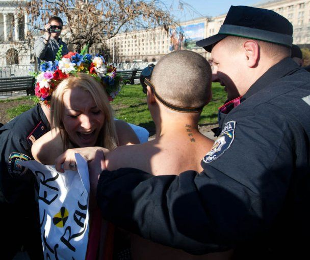 Милиция сломала ключицу активистке FEMEN