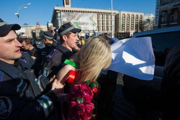 Міліція зламала руку активістці руху FEMEN